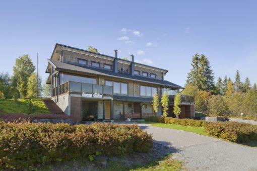 Kajomer tarjoaa myyntiin HimosYkkösen alueelta Kuikanhovi nimisen kahden asunnon paritalon.