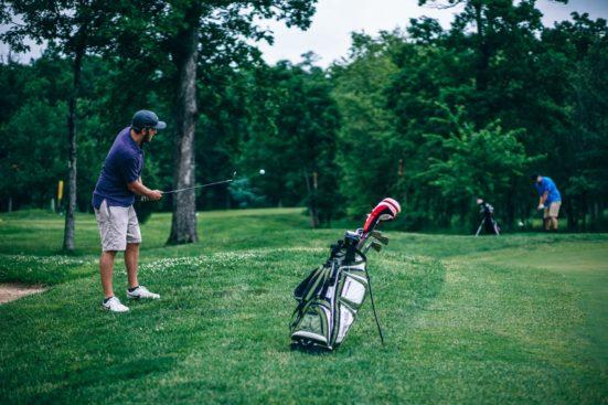 Kajomerilla on tontteja myynnissä golfkentän äärellä.